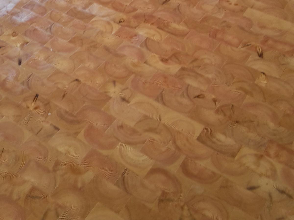 Holzpflaster frisch geölt